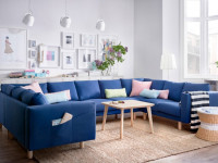 Синий диван в интерьере гостиной — уютный и яркий эпицентр внимания + 75 фото
