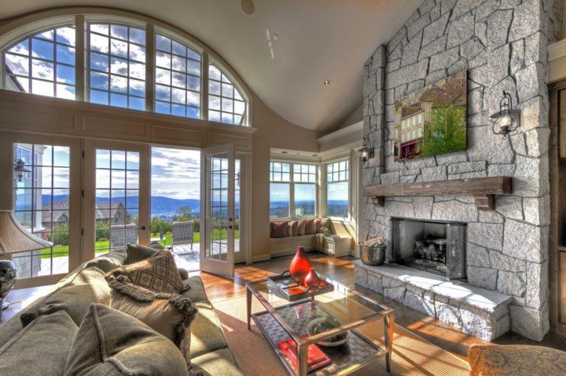 Интерьер гостиной с большими окнами фото
