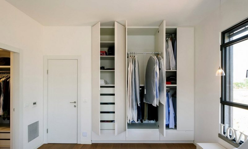 Garderobnaya v gostinoy 25