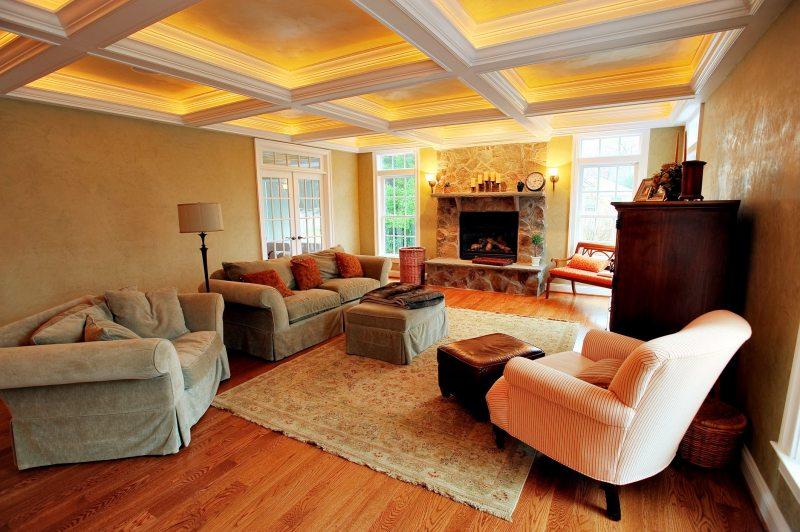 Светодиодная потолочная подсветка в интерьере гостиной